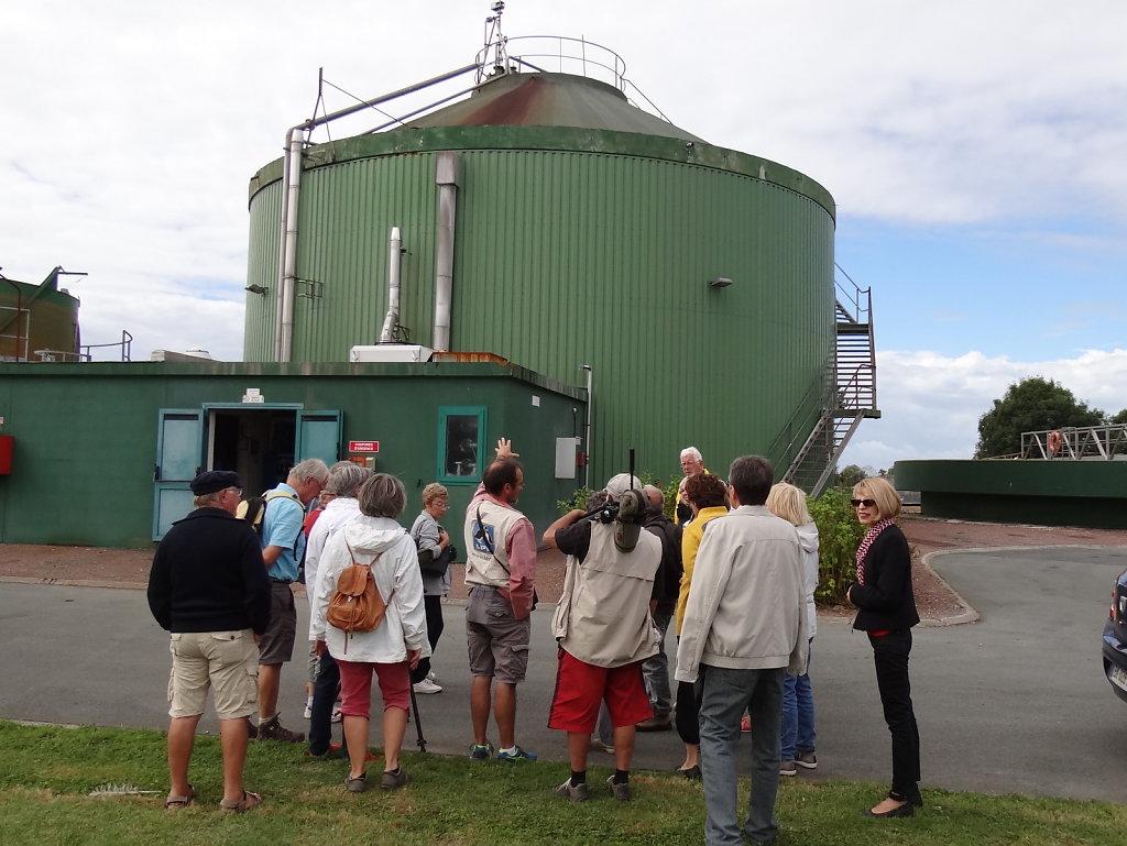 le groupe devant le digesteur
