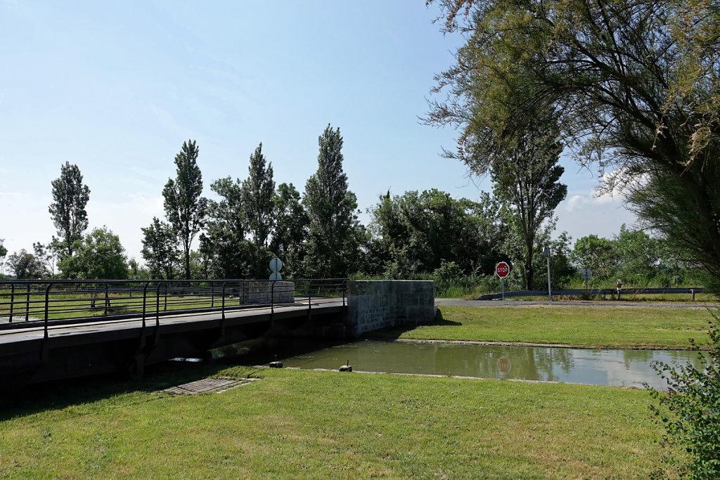 Pont tournant sur le canal