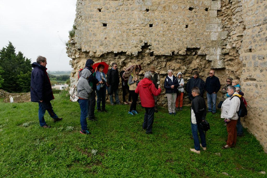 Les participants attentifs aux explications du guide
