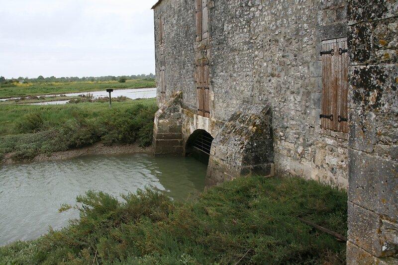 le Lindon alimente les bassins de retenue d'eau à marée montante